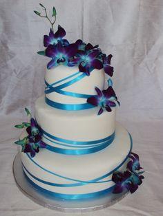 Orquídeas y cintas de color azul como adornos de torta de bodas. #BodasAzul