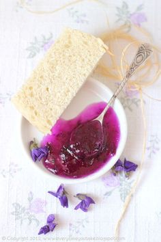 jam of the petals of violets / marmellata di violette Jam Recipes, Canning Recipes, Jelly Recipes, Chutneys, Jam And Jelly, Flower Food, Edible Flowers, Sweet Treats, Favorite Recipes