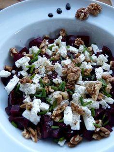 Salade de betterave, feta et noix :http://www.unpetitoiseaudanslacuisine.com/salade-de-betterave-feta-noix/