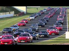 A Ferrari vai entrar para a próxima edição do Guinness Book, o Livro dos Recordes, graças a um feito realizado no último mês. A escuderia reuniu 964 modelos da marca italiana no circuito de Silverstone, na Inglaterra. Esse é o maior encontro registrado, superando uma ação realizada em 2008, quando foi reunido 490 carros em Fuji, no Japão.