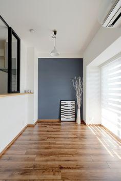 リノベーション、グラデン、ダイニングスペース、アクセントクロス、無垢フローリング Mid Century Living Room, Entry Hallway, Cozy Room, House Entrance, New Room, Wood Doors, Kitchen Interior, My Dream Home, Ideal Home