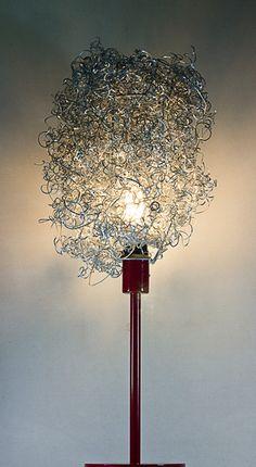 Lampada da tavolo realizzata con materiale di scarto delle lavorazioni industriali sull'alluminio