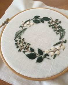 hand embroidery stitches tutorial step by step Hand Embroidery Tutorial, Hand Embroidery Stitches, Crewel Embroidery, Embroidery Hoop Art, Hand Embroidery Designs, Cross Stitch Embroidery, Wedding Embroidery, Embroidery Letters, Broderie Simple