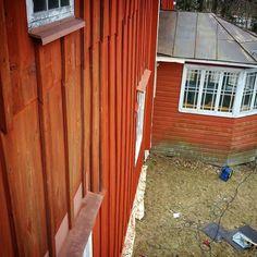 Viikonloppua kohden vähän toisenlaisesta kuvakulmasta. Korinosturi on talonmaalaajan paras ystävä!  #puolivälinkrouvissa #julkisivumaalaus #punamulta #italianpunainen #perinnemaalaus #perinnemaali #rakennusperintö #rakennusrestaurointi #entisöinti