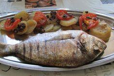 Greckie smaki: Dorada pieczona z ziemniakami, pomidorami i oliwka...