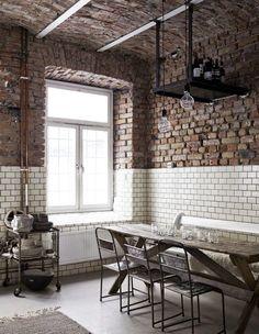 Tons neutres et chaleureux, le mobilier Ikea côtoie les pièces industrielles tout comme le mur de briques qui se termine par un mur de ...