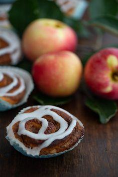 Saftige kanelsnegle med æblemos og marcipan | Marinas mad Plum, Foodies, Brunch, Fruit, Brunch Party