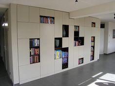 inbouwkast - afwisseling open/dicht... Wall Cabinets Living Room, Living Room Shelves, Living Room Storage, Living Room Tv, Living Room Modern, Small Appartment, Hacks Ikea, Moderne Pools, Bookshelf Storage