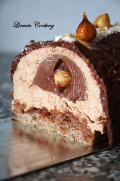 Ferrero Rocher praline log – Lieméa Cooking – Famous Last Words Ferrero Rocher, Cookie Recipes, Snack Recipes, Dessert Recipes, Strawberry Desserts, Pumpkin Spice Cupcakes, Food Cakes, Fall Desserts, Savoury Cake
