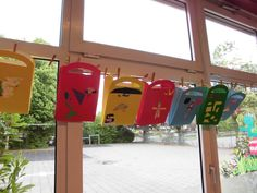 Maak een boodschappentas van een groot stuk karton. Laat de kinderen het handvat uitprikken en de tas beplakken. Door een waaier tussen de tas te plakken kan de tas echt open.