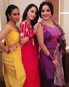 Image may contain: 3 people, people standing Bhojpuri Actress, Indian Tv Actress, Indian Actresses, Sari Dress, Red Saree, Indian Designer Outfits, Stylish Girl Pic, Beautiful Girl Indian, Antara