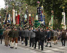 Guardias de color la celebración de sus banderas bordadas de alta en el desfile de trajes de Oktoberfest en Munich