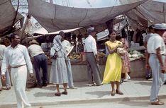 Markttreiben: Ein Marktstand in Havanna - es gibt kleine Bananen. Davor steht...