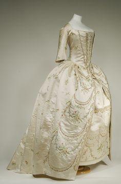 Besticktes Seidenkleid Frankreich, um 1780/90 © Bayerisches Nationalmuseum München