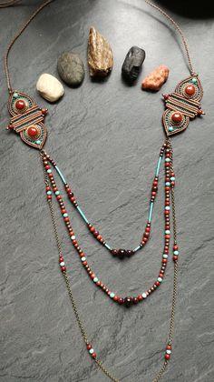 Sautoir en macramé et pierres fines : Multirangs : turquoises, jaspes rouges et grenats. Fermoir ajustable Entièrement réalisé à la main.