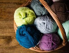 New knitters often have trouble reading knitting patterns. This guide will help you understand pattern information, abbreviations and more. Beginner Knitting Patterns, Knitting Basics, Knitting For Beginners, Knitting Projects, Knitting Ideas, Knitting Club, Loom Knitting, Knitting Stitches, Baby Knitting