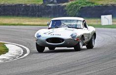 История Jaguar E-Type Lightweight: В гараж миллионера Jaguar решил взорвать рынок классических автомобилей. Именно так многие расценивают планы Ковентри по выпуску шести своих «потерянных» машин. Новые старые модели ручной работы планируется продавать по миллиону фунтов за штуку.