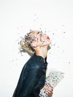 Confetti // Marie Courroy pour L'Officiel Photographie: Thierry Levraly via Glitter Guide Looks Party, How To Pose, Mode Inspiration, Inspiration Quotes, Creative Inspiration, New Years Eve, Belle Photo, Editorial Fashion, Marie