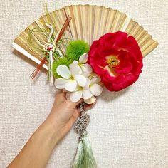 和装前撮り用に扇子ブーケ作った(*^^*) 材料はほぼ100円ショップ。扇子をカラースプレーで染め、ご祝儀袋を解体して鶴を貼り、造花を固定。ありがとう #ダイソー 組紐は3coinsのカーテンタッセルで代用。 #和装 #前撮り #フォトウエディング #扇子ブーケ
