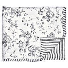Traumhaft schön ist diese hochwertige Steppdecke von Greengate. Die große Decke eignet sich prima als Überwurf fürs Bett, als Kuscheldecke fürs Sofa oder auch als Krabbeldecke für die ganz Kleinen. Praktisch: In der Waschmaschine waschbar. Die Decke findest Du bei uns in verschiedenen Farben und den typischen Greengate Mustern. #presents #geschenke #home #living #design #geschenkidee