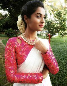 45 Latest Plain saree with Designer Blouse Ideas Kerala Saree Blouse Designs, Blouse Neck Designs, Onam Saree, Set Saree, Hot Pink Blouses, Plain Saree, Saree Trends, Designer Blouse Patterns, Stylish Sarees