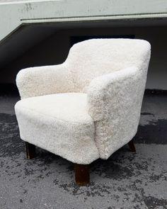 Skandilockin lampaantalja saa pukea tätä perinteistä pientä nojatuolia ❤ Tub Chair, Accent Chairs, Armchair, Furniture, Home Decor, Upholstered Chairs, Sofa Chair, Single Sofa, Decoration Home