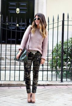 Cozy sweaters are perfect, stylish fashion piece that will make you look modern and trendy during the cold days and still keep you warm and make you fell Camo Jeans Outfit, Camo Outfits, Camo Skinnies, Camo Fashion, Military Fashion, Fashion Outfits, Jogging, Moda Chic, Weekend Wear