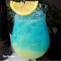 SEDUCED BY ME Bottom Layer: Melon Liqueur Pina Colada Mix  Top Layer: Vodka  Blue Curacao  Pina Colada Mix  Being seduced by my Bottom Cover: Liquor of melon Mix of pineapple laundry  Capa Superior: Vodka Curacao Azul Mix of pineapple laundry