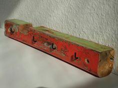 Schlüsselbrett aus einer bunten Treibholz Leiste. Zu kaufen bei Dawanda im Zen-Art Shop.