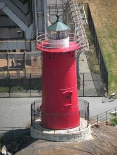 Discover Jeffrey's Hook Light in New York, New York: Little Red Lighthouse under the George Washington Bridge. Little Red Lighthouse, New England Lighthouses, Fort Lee, Washington Heights, Riverside Park, Hudson River, George Washington Bridge, Parks And Recreation, New York City