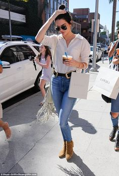 Fashionista: The brunette had a pair of tan ankle boots on with her high waisted skinny je...