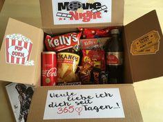 #selfmade #diy Movie Night Box als Geschenk für meinen Freund zum 1.Jahrestag ❤️ Meine Box beinhaltet den Film Assassin's Creed, Mikrowellen Popcorn, Nachos mit Salsa, Nic Nac's, Twix, Snickers, Mars, Milkyway, M&Ms, Maltesers, Coca Cola Vanille und Light; low budget Geschenkidee; Zeit zu Zweit schenken; für Filmjunkies perfekt