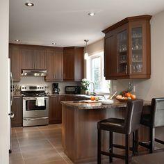 Cuisine style transitionnel avec vitres décoratives pour armoires