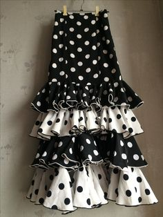 Mom Dress, White Cottage, Mode Hijab, Fashion Sewing, Fishtail, Party Themes, Polka Dots, Black And White, Casual