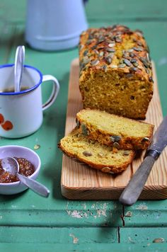 A minha primeira memória de pão na infância remete para a minha avó. Claro que já comia pão antes dessa memória, em torradas com mantei...