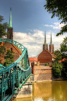 Je zal er tijdens je reis door #Wroclaw ongetwijfeld een keer tegenaan lopen: een grote, turkoois stalen brug die de gebieden Ostrów #Tumski en Wyspa Piaskowa verbindt.