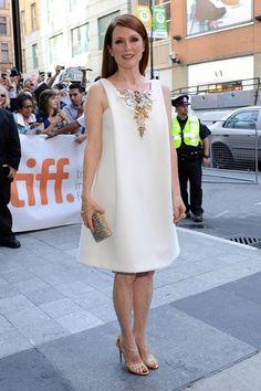 En el quinto día del festival de Toronto, la imagen impoluta y luminosa de la actriz Juliane Moore se vió fortalecida con un vestido blanco de Chanel. El dorado se convirtió en su mejor aliado e impregnó su clutch,  sus discretas joyas de Cartier y sus sandalias de tacón de Christian Louboutin. Toda una oda al lujo discreto.