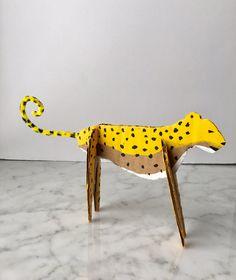 Easy DIY cardboard animals Recycled Art Projects, Projects For Kids, Diy For Kids, Recycled Furniture, Handmade Furniture, Kids Fun, Cardboard Sculpture, Cardboard Crafts, Cheetah Crafts