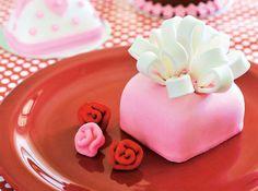 Master cake decorator shares her recipe for fondant cake.