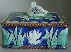 Beautiful and Old Majolica ETRUSCAN Sardine Box with Swan and Pond Lilies, x 5 x 4 approx. This is one of the best Etruscan majolica we have had. Glazes For Pottery, Pottery Art, Decorative Accessories, Decorative Boxes, Lily Pond, Whimsical Fashion, Pottery Making, Earthenware, Ceramic Art