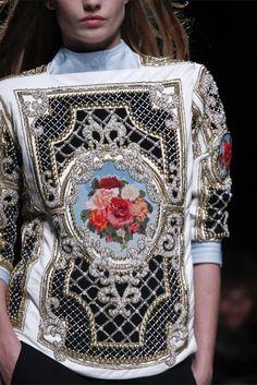 Balmain - Fall 2012 - Nesta coleção uma das principais referências são os têxteis requintados que são cada vez mais valorizados, oferecendo assim enriquecimento.