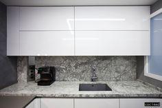 Muebles de cocina acabados en laca brillo, combinado con encimera y frontal en granito donde va el fregadero de fibra bajo-encimera  #fregadero #bancada #encimera #reformas #cocinas #interiorismo #diseño  #microcemento #ideas #cocimed #alicante