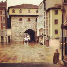 La calle más corta pero con la puerta más noble de #Burgos...
