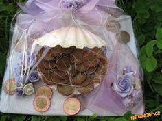Jak darovat jako svatební dar peníze Christmas Ornaments, Holiday Decor, Gifts, Diy, Ideas, Cash Gifts, Xmas Ornaments, Presents, Bricolage