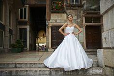 Verona Dress Verona old town. Piazza Erbe . 1 #weddingdress #stephanieallin #lverona #bridaldesign #italianwedding #weddinginspiration #fashion