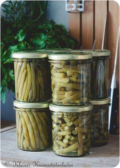 Zutaten für 4 350 ml-Gläser 1 kg grüne Bohnen 1 TL Natron (für das Blanchierwasser) 10 g Salz auf 1 Liter Wasser 4 Zweige frisches Bohnenkraut