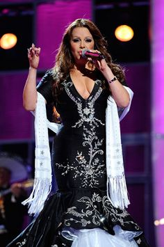 Jenni Rivera reminds me of today's Lola Beltran .... Both great Mexican singers!