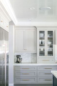 New kitchen cabinets - Nice White Cabinet Kitchen Backsplash Tile Pattern Ideas – New kitchen cabinets Classic White Kitchen, Gray And White Kitchen, White Grey Kitchens, Kitchen Grey, Kitchen Modern, Kitchen Interior, New Kitchen, Kitchen Decor, Kitchen Ideas