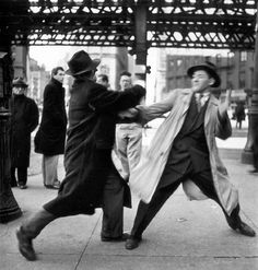 Robert Capa was described as the greatest war photographer in the world by the Picture Post when he was only One of the co-founders of Magnum Photos, a smal New York Photos, Old Photos, Vintage Photos, Robert Doisneau, Documentary Photographers, Street Photographers, New York Street, New York City, Antonio Garci