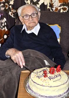 Nasci em 19 de maio de 1909. essa é a foto de meu aniversário de 106 anos em 2015.